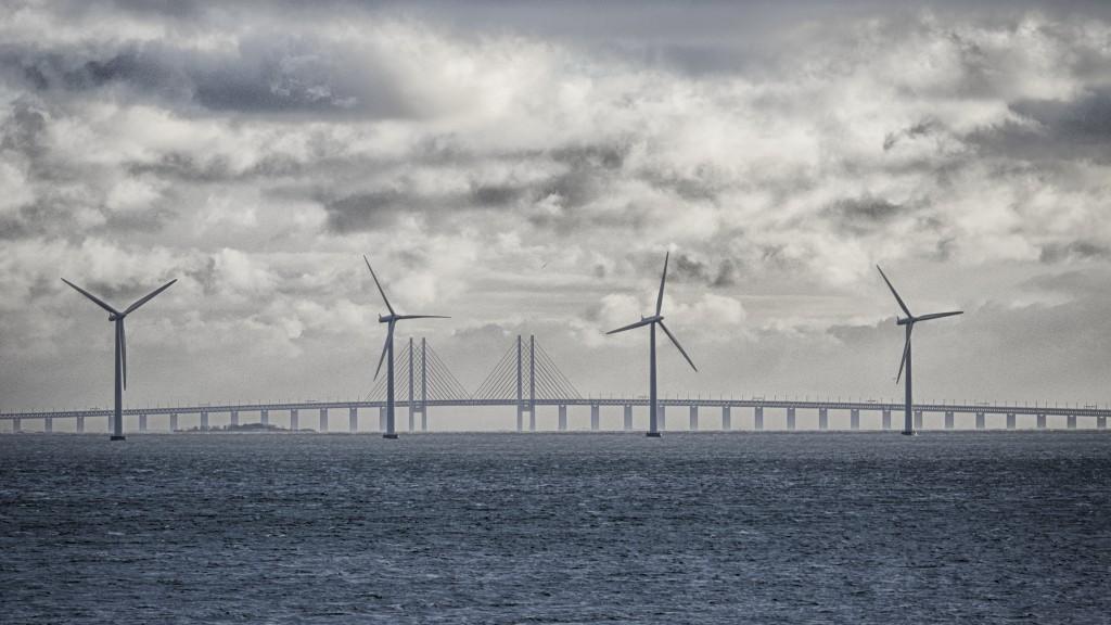 Øresund's bro og vindmøller.
